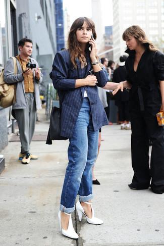 Look de Miroslava Duma: Blazer de Rayas Verticales Azul Marino, Camiseta con Cuello Circular Blanca, Vaqueros Boyfriend Azules, Zapatos de Tacón de Cuero Blancos