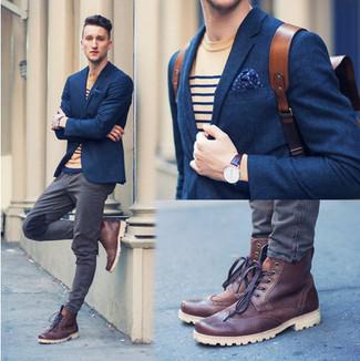 Cómo combinar: blazer de lana azul marino, camiseta con cuello circular de rayas horizontales marrón claro, vaqueros grises, botas brogue de cuero burdeos