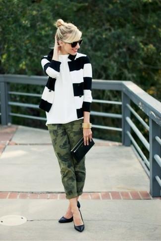 Cómo combinar: blazer de rayas horizontales en blanco y negro, camiseta con cuello circular blanca, vaqueros de camuflaje verde oliva, zapatos de tacón de cuero negros