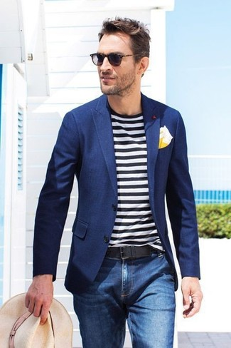 Look de moda: Blazer azul marino, Camiseta con cuello circular de rayas horizontales en blanco y negro, Vaqueros azules, Sombrero de paja en beige