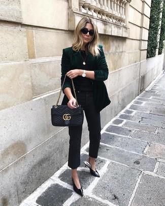 Cómo combinar: blazer de terciopelo verde oscuro, camiseta con cuello circular negra, vaqueros negros, zapatos de tacón de cuero negros