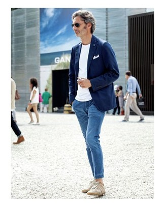 Cómo combinar: blazer de algodón azul marino, camiseta con cuello circular blanca, vaqueros azules, tenis en beige