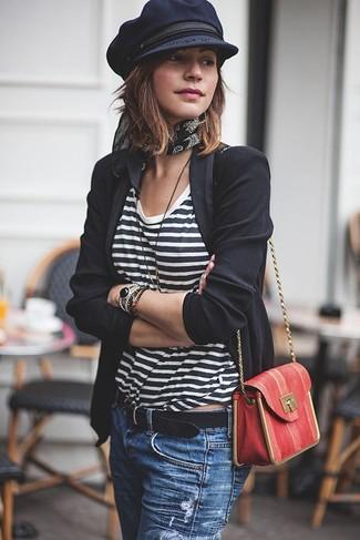 Cómo combinar: blazer negro, camiseta con cuello circular de rayas horizontales en blanco y negro, vaqueros desgastados azules, bolso bandolera de cuero rojo