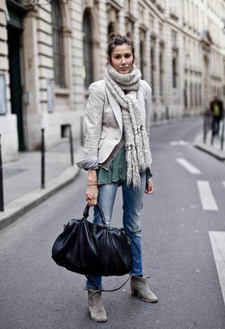 Cómo combinar: blazer gris, camiseta con cuello circular verde oscuro, vaqueros desgastados azules, botines de ante grises