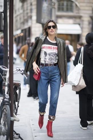 Cómo combinar: blazer de rayas horizontales negro, camiseta con cuello circular estampada en blanco y negro, vaqueros azules, botines de cuero rojos