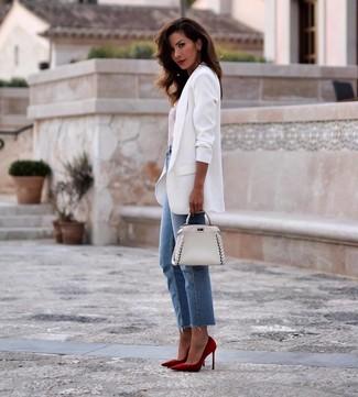 Cómo combinar: blazer blanco, camiseta con cuello circular de rayas horizontales en blanco y rojo, vaqueros azules, zapatos de tacón de ante rojos