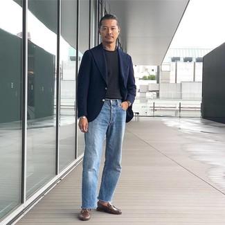 Cómo combinar: blazer de lana azul marino, camiseta con cuello circular negra, vaqueros celestes, mocasín de cuero marrón