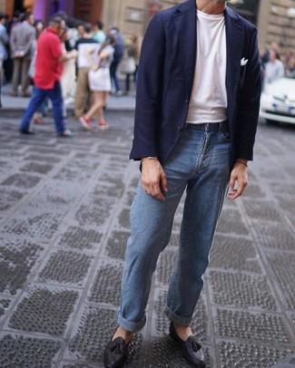 Cómo combinar: blazer azul marino, camiseta con cuello circular blanca, vaqueros celestes, mocasín con borlas de cuero negro