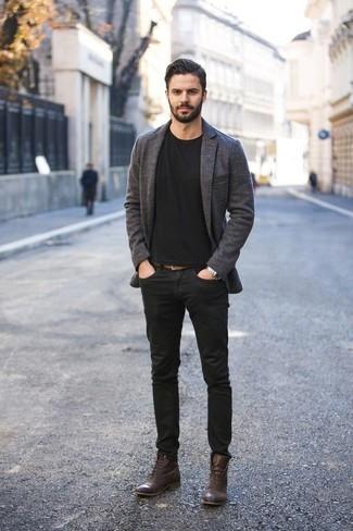 Cómo combinar una camiseta con cuello circular negra: Opta por una camiseta con cuello circular negra y unos vaqueros negros para lidiar sin esfuerzo con lo que sea que te traiga el día. ¿Te sientes valiente? Opta por un par de botas casual de cuero en marrón oscuro.