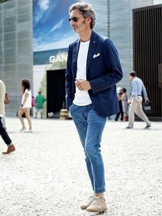 Cómo combinar unos tenis en beige: Perfecciona el look casual elegante en un blazer azul marino y unos vaqueros azules. Tenis en beige añadirán un nuevo toque a un estilo que de lo contrario es clásico.