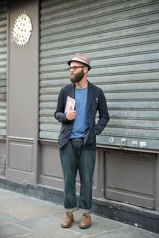 Cómo combinar un sombrero de paja marrón: Emparejar un blazer azul marino junto a un sombrero de paja marrón es una opción muy buena para el fin de semana. Con el calzado, sé más clásico y haz zapatos derby de cuero marrónes tu calzado.
