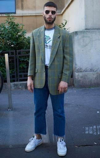 Cómo combinar un blazer de tartán verde oscuro: Ponte un blazer de tartán verde oscuro y unos vaqueros azules para lidiar sin esfuerzo con lo que sea que te traiga el día. Mezcle diferentes estilos con tenis de cuero blancos.
