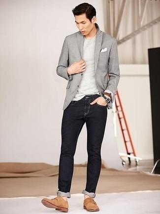 Cómo combinar unos vaqueros: Si buscas un look en tendencia pero clásico, intenta combinar un blazer gris con unos vaqueros. Opta por un par de zapatos con doble hebilla de ante marrón claro para mostrar tu inteligencia sartorial.