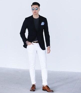 Cómo combinar unas gafas de sol azules: Un blazer azul marino y unas gafas de sol azules son tu atuendo para salir los días de descanso. ¿Te sientes valiente? Opta por un par de zapatos derby de cuero marrónes.