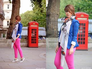 Cómo combinar: blazer azul, camiseta con cuello circular blanca, vaqueros rosa, zapatillas slip-on de cuero con print de serpiente grises