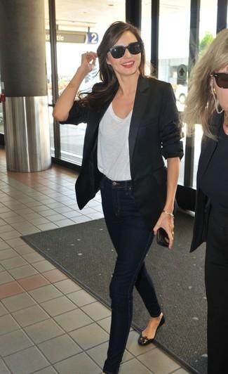 Look de Miranda Kerr: Blazer Negro, Camiseta con Cuello Circular Blanca, Vaqueros Pitillo Azul Marino, Bailarinas de Cuero Negras