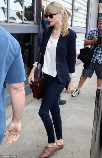 Look de Taylor Swift: Blazer Azul Marino, Camiseta con Cuello Circular Blanca, Vaqueros Pitillo Azul Marino, Zapatos Oxford de Cuero Marrónes