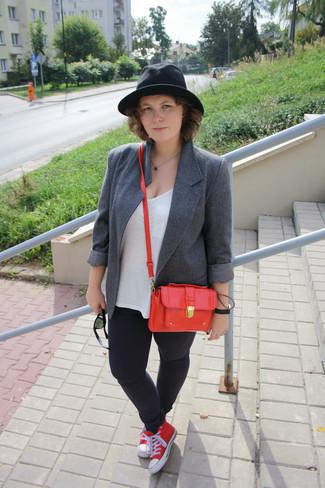 Cómo combinar: blazer de lana gris, camiseta con cuello circular blanca, vaqueros pitillo negros, tenis de lona rojos
