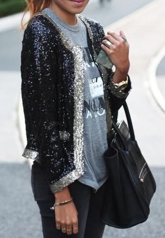 Cómo combinar: blazer de lentejuelas negro, camiseta con cuello circular estampada gris, vaqueros pitillo negros, bolsa tote de cuero negra