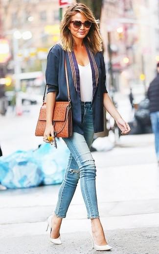 Look de Miranda Kerr: Blazer Azul Marino, Camiseta con Cuello Circular Blanca, Vaqueros Pitillo Desgastados Celestes, Zapatos de Tacón de Cuero Blancos
