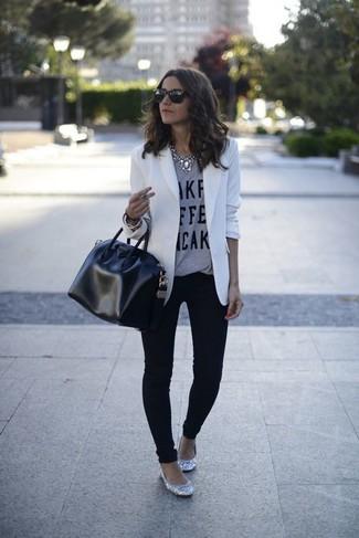 Cómo combinar un collar plateado para mujeres de 30 años: Un blazer blanco y un collar plateado son una opción inigualable para el fin de semana. Bailarinas de lentejuelas plateadas son una opción grandiosa para completar este atuendo.