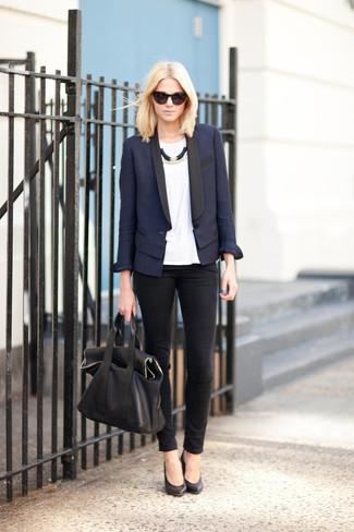 Cómo combinar: blazer azul marino, camiseta con cuello circular blanca, vaqueros pitillo negros, zapatos de tacón de cuero negros