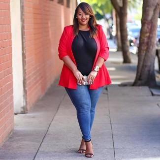 Cómo combinar: blazer rojo, camiseta con cuello circular negra, vaqueros pitillo azules, sandalias de tacón de cuero negras