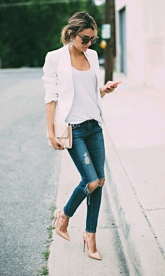 Cómo combinar unos zapatos de tacón de cuero marrón claro: Empareja un blazer blanco junto a unos vaqueros pitillo desgastados azul marino para un almuerzo en domingo con amigos. Zapatos de tacón de cuero marrón claro son una opción perfecta para completar este atuendo.