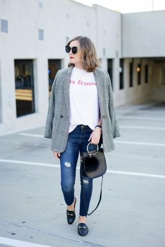 Cómo combinar: blazer de tartán gris, camiseta con cuello circular estampada blanca, vaqueros pitillo desgastados azules, mocasín de cuero negros