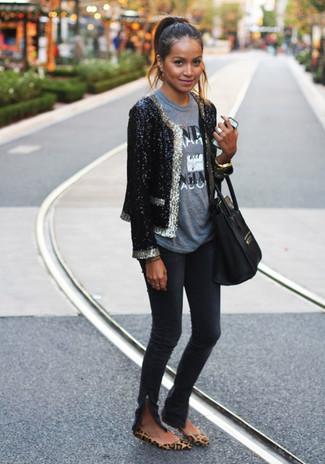 Cómo combinar un blazer de lentejuelas en negro y blanco: Usa un blazer de lentejuelas en negro y blanco y unos vaqueros pitillo negros para conseguir una apariencia glamurosa y elegante. ¿Quieres elegir un zapato informal? Complementa tu atuendo con bailarinas de ante de leopardo marrónes para el día.