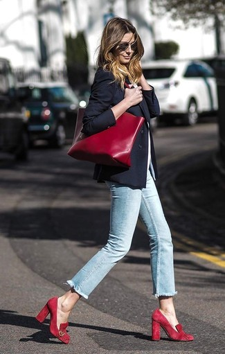 Cómo combinar: blazer negro, camiseta con cuello circular blanca, vaqueros pitillo celestes, zapatos de tacón de ante rojos