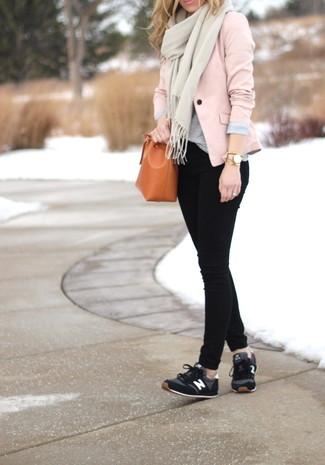 Cómo combinar: blazer rosado, camiseta con cuello circular gris, vaqueros pitillo negros, deportivas negras