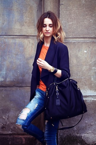 Cómo combinar: blazer azul marino, camiseta con cuello circular naranja, vaqueros pitillo desgastados azules, bolsa tote de lona negra