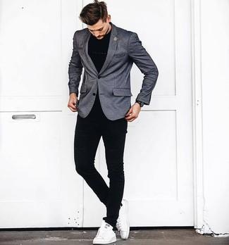 Cómo combinar: blazer gris, camiseta con cuello circular negra, vaqueros pitillo negros, tenis de cuero blancos