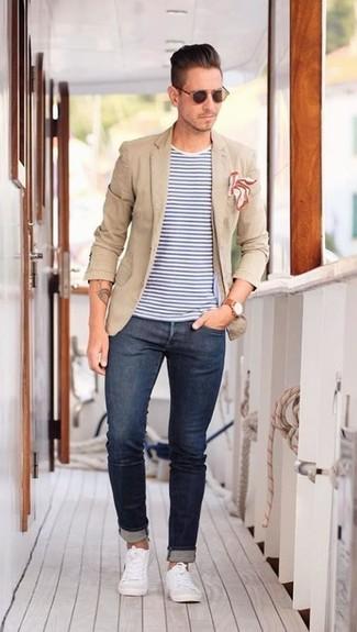 Cómo combinar: blazer marrón claro, camiseta con cuello circular de rayas horizontales en blanco y azul, vaqueros pitillo azul marino, tenis blancos
