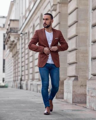 Cómo combinar: blazer en tabaco, camiseta con cuello circular blanca, vaqueros pitillo azules, botines chelsea de cuero marrónes