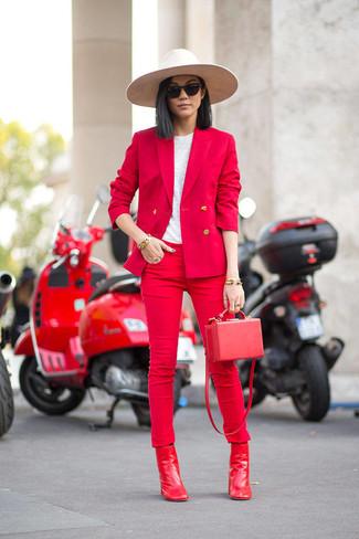 Cómo combinar: blazer rojo, camiseta con cuello circular blanca, vaqueros pitillo rojos, botines de cuero rojos