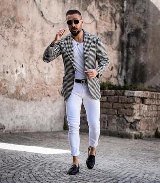 Cómo combinar: blazer de cuadro vichy en negro y blanco, camiseta con cuello circular blanca, vaqueros pitillo blancos, mocasín con borlas de cuero negro