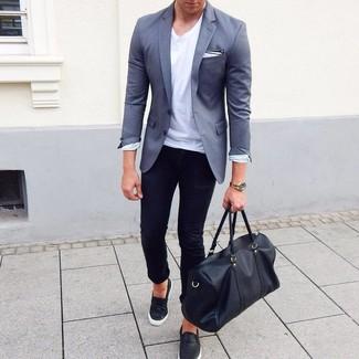 Cómo combinar un blazer gris: Haz de un blazer gris y unos vaqueros pitillo negros tu atuendo para una apariencia fácil de vestir para todos los días. Zapatillas slip-on de cuero negras son una opción muy buena para completar este atuendo.