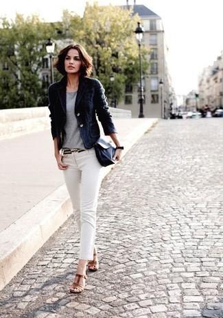 Considera ponerse un blazer de terciopelo negro y unos vaqueros pitillo blancos para lidiar sin esfuerzo con lo que sea que te traiga el día. Elige un par de sandalias de tacón de cuero marrónes para mostrar tu lado fashionista.
