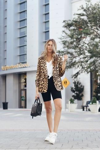 Cómo combinar: blazer de leopardo marrón claro, camiseta con cuello en v blanca, mallas ciclistas negras, deportivas blancas