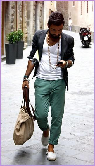 Cómo combinar unas zapatillas slip-on de lona blancas: Elige un blazer en gris oscuro y un pantalón chino en verde azulado para lograr un look de vestir pero no muy formal. Si no quieres vestir totalmente formal, opta por un par de zapatillas slip-on de lona blancas.