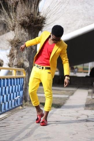 Cómo combinar: blazer amarillo, camiseta con cuello en v roja, pantalón chino amarillo, mocasín de goma rojo