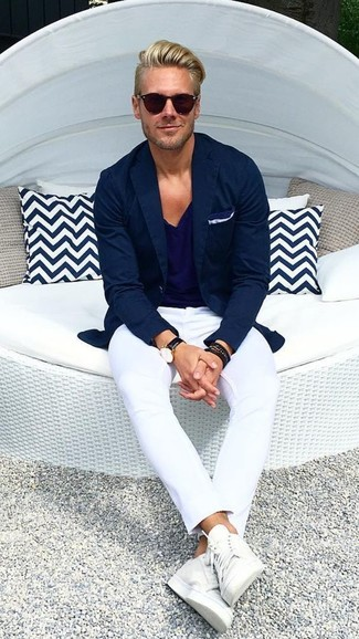 Camiseta azul marino con pantalón blanco