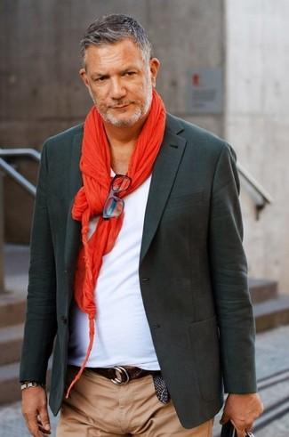 Cómo combinar: blazer en gris oscuro, camiseta con cuello en v blanca, pantalón chino marrón claro, bufanda roja