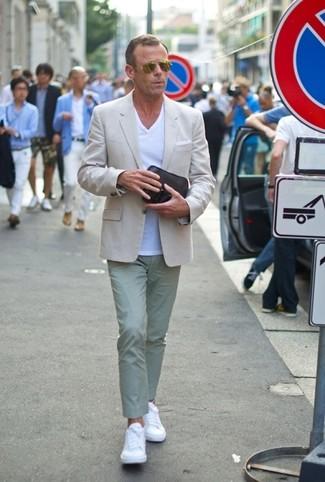 Cómo combinar: blazer en beige, camiseta con cuello en v blanca, pantalón chino en verde menta, tenis de cuero blancos