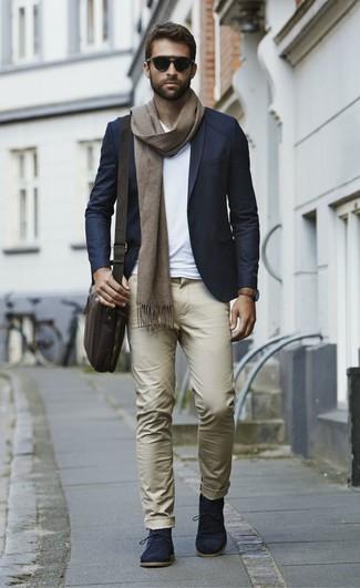 Cómo combinar: blazer azul marino, camiseta con cuello en v blanca, pantalón chino marrón claro, botas safari de ante azul marino