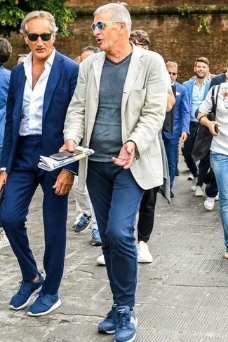 Cómo combinar un blazer en beige: Si buscas un look en tendencia pero clásico, haz de un blazer en beige y un pantalón chino azul marino tu atuendo. Si no quieres vestir totalmente formal, elige un par de deportivas azul marino.