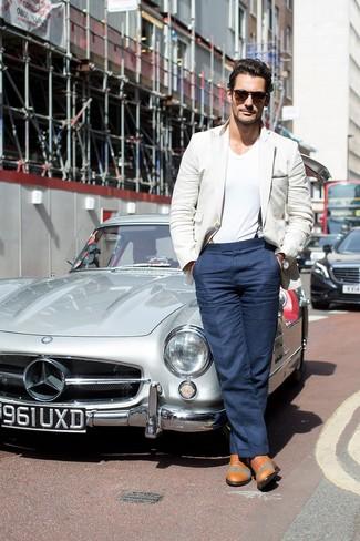 Look de David Gandy: Blazer en Beige, Camiseta con Cuello en V Blanca, Pantalón de Vestir Azul Marino, Zapatos Oxford de Cuero Marrón Claro