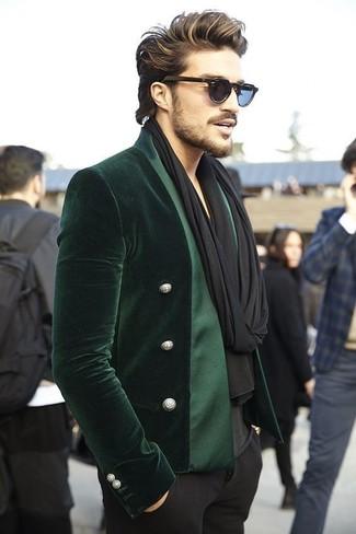 Cómo combinar: blazer de terciopelo verde oscuro, camiseta con cuello en v negra, pantalón de vestir negro, bufanda negra